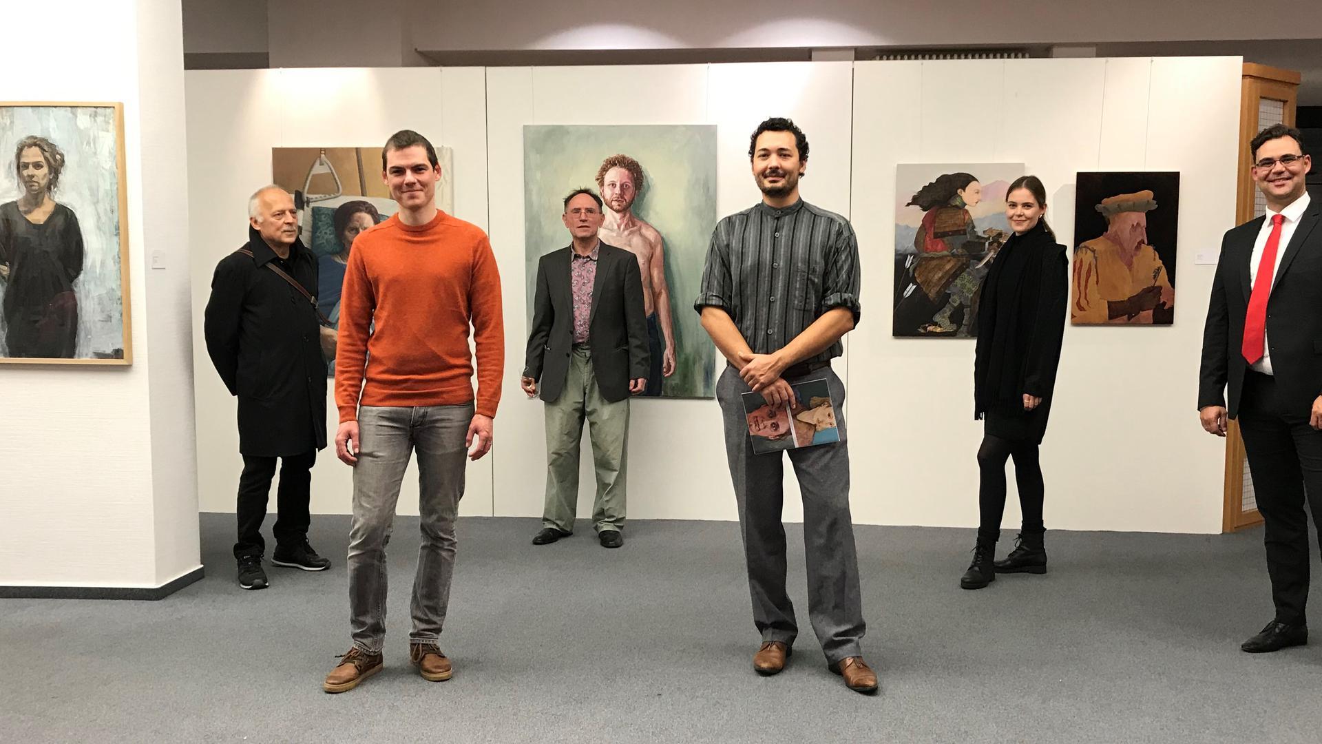 Das Bild zeigt die beiden jungen Künstler  Johannes Gräbner (vorne links) und Felix Seelos (vorne rechts) vor den Organisatoren der Ausstellung und vor einigem ihrer Werke.
