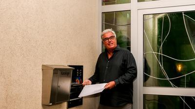 Bürgermeister Markus Rupp wirft seine Bewerbung in den Gondelsheimer Rathausbriefkasten ein.