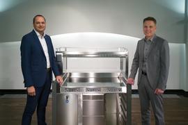 Zwei Herren stehen um ein Küchenmöbel, wie es in Kantinen oder anderen professionellen Bereichen eingesetzt wird.