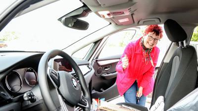 Frau begutachtet Auto
