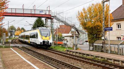Bahn durchfährt Haltestelle