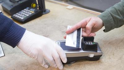 Bargeld- und kontaktloses Bezahlen im Einzelhandel.