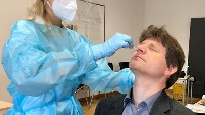 Sarah Klein vom DRK Bretten testet in voller Schutzmontur am Samstagvormittag Brettens Bürgermeister Michael Nöltner per Nasenabstrich.