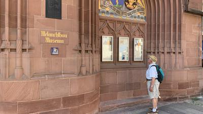 Interessierter Besucher: Jürgen Michels aus Filderstadt macht regelmäßig Tagesausflüge und informiert sich vor Ort wie hier vor dem Brettener Melanchthon-Museum über die jeweiligen Sehenswürdigkeiten.