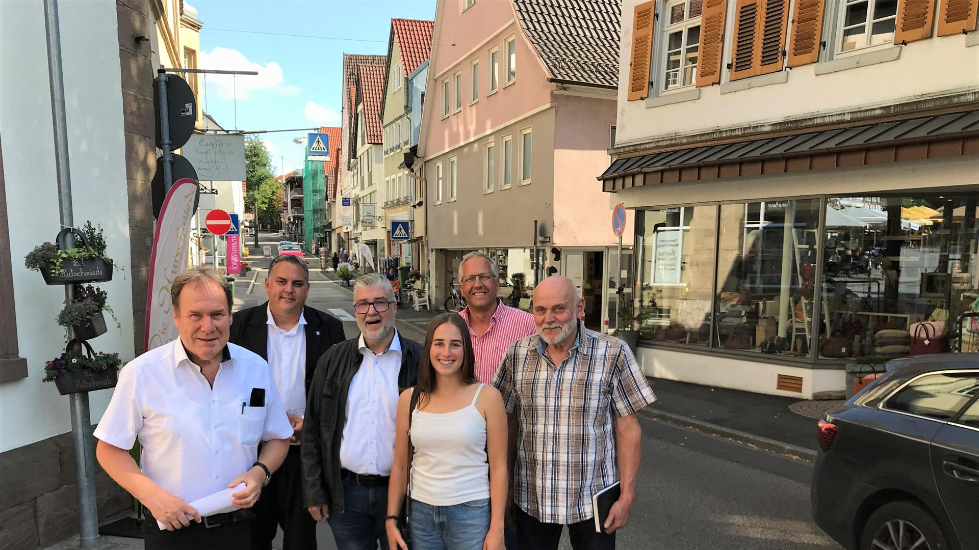 Die CDU-Stadträte aus Bretten (von links:) Vorsitzender Martin Knecht, Bernd Neuschl, Uwe Schick, Isabel Pfeil, Joachim Leitz und Kurt Dickemann an der Weißhofer Straße in Bretten.