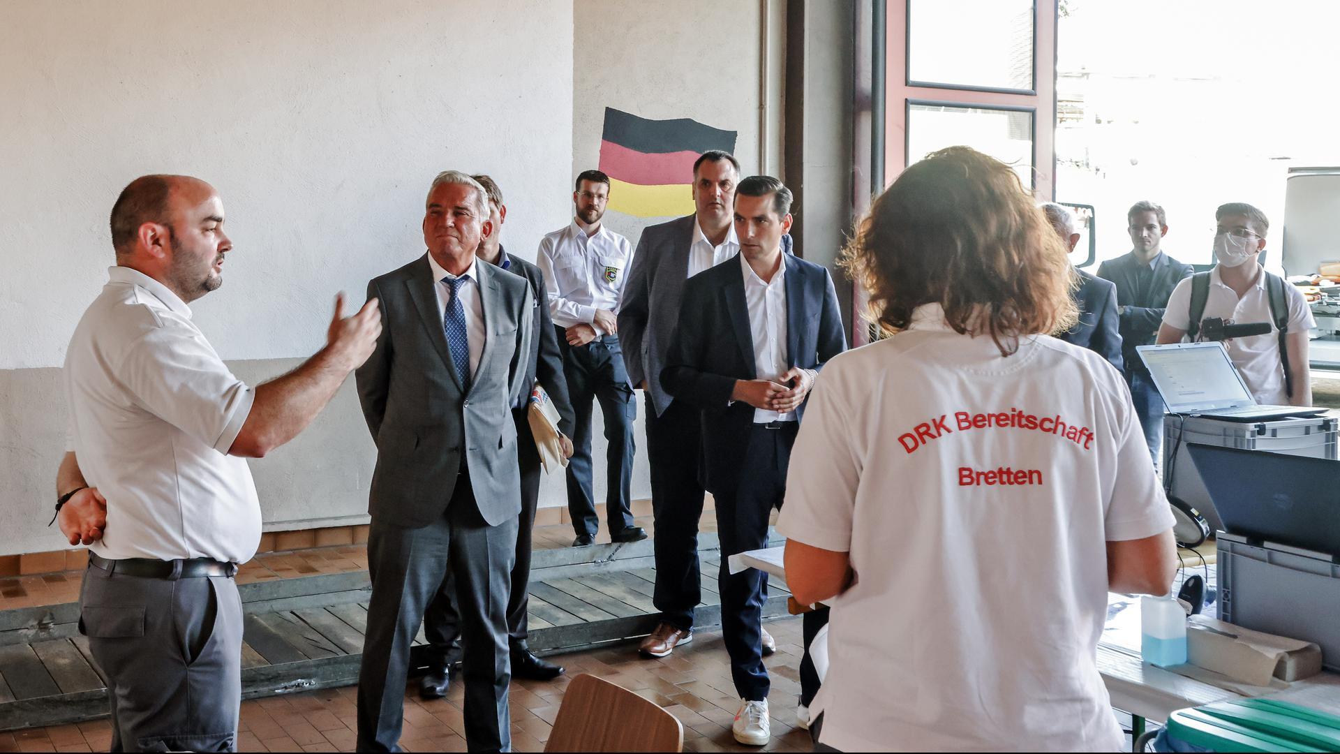 Christoph Glück (links) vom DRK Bretten mit CDU-Landeschef Thomas Strobl (Mitte) und Bundestagskandidat Nicolas Zippelius (rechts).