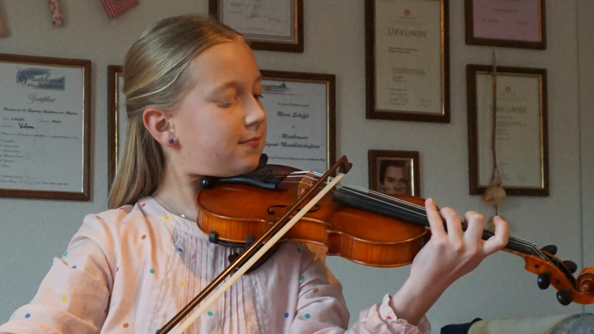 Marie Scheffel bei ihrem virtuosen Violinspiel.