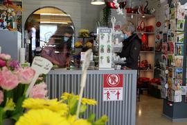 Constanze Kirchgessner-Kull bedient in ihrem gleichnamigen Blumenladen eine Kundin