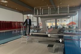Stadtwerke-Geschäftsführer Stefan Kleck steht auf dem Sprungturm im leeren Brettener Hallenbad.