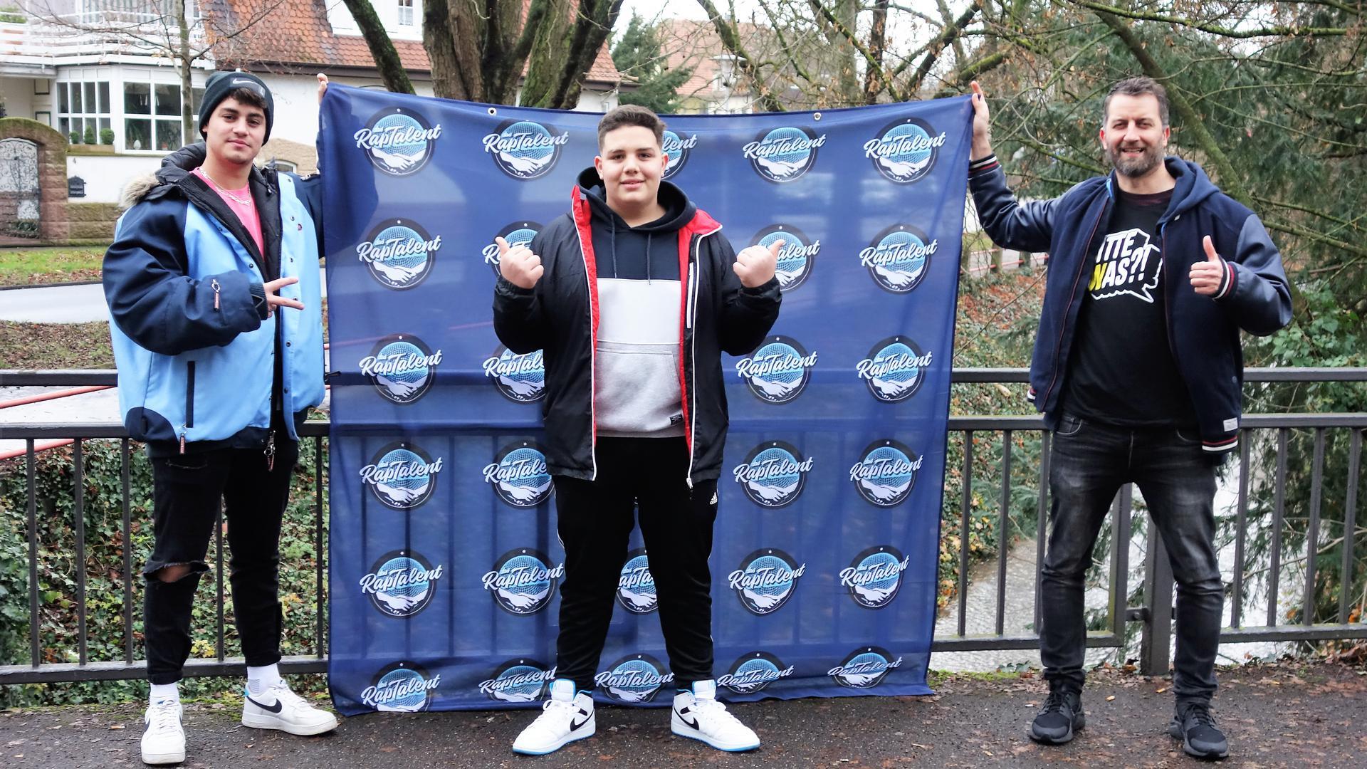 David Dillmann, Malik Vieth und Christian Heneka alias DJ Jay Farmer mit dem Rap-Talent Banner