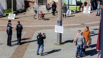 Leute und Polizisten auf Platz