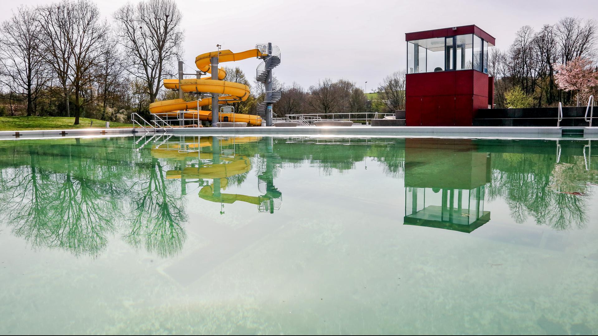 Der Freibadbereich der Brettener Badewelt ist verwaist und bleibt das auch noch einige Wochen.