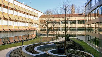 Der Innenhof der Beruflichen Schulen Bretten strahlt in der Frühlingssonne.