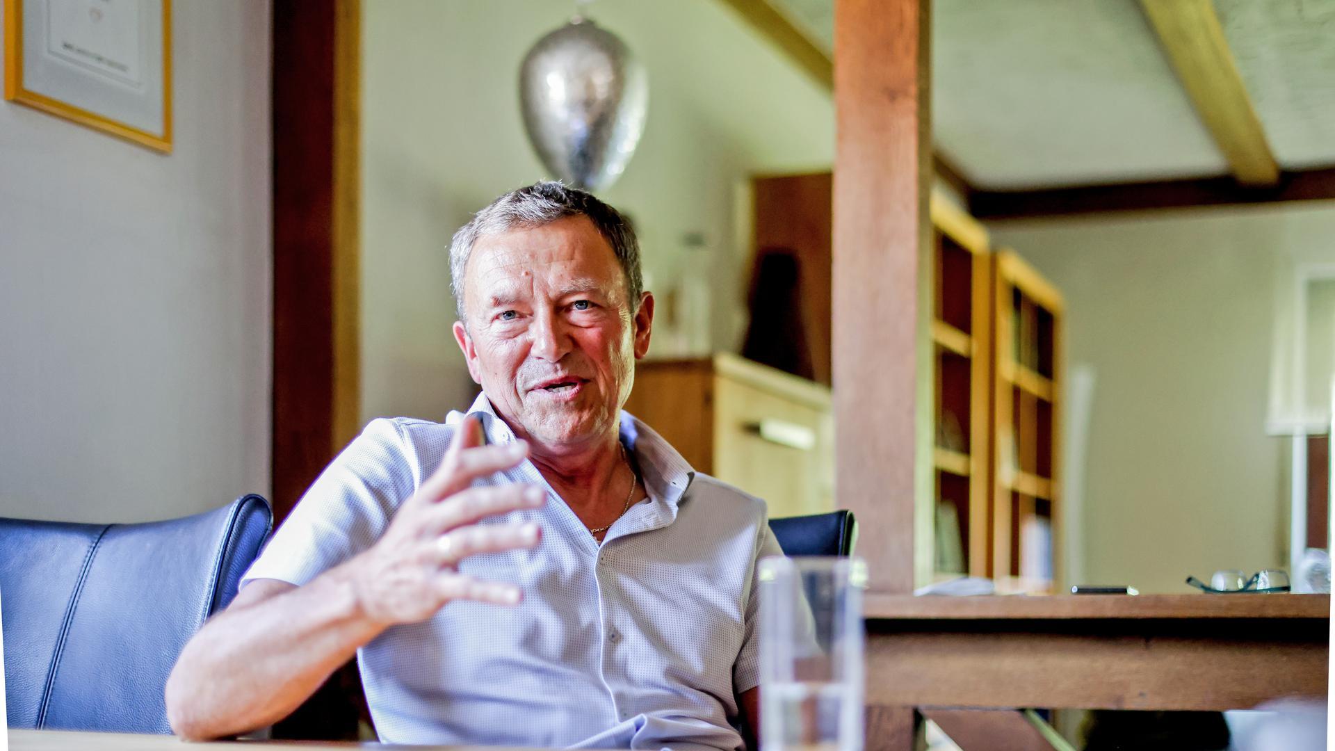 Der langjährige Brettener Kämmerer Wolfgang Pux sitzt in seinem Haus in Sulzfeld.