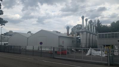 Die neue Filteranlage mit ihren fünf Türmen ist bereits neben einer der Hallen am Deuerer-Produktionsstandort in der Rinklinger Straße aufgebaut und auch schon von den zuständigen Behörden abgenommen. Die Anlage soll Ende August in Betrieb gehen.