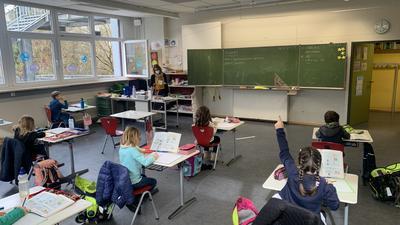 Deutschunterricht in der Klasse 2c der Schillerschule mit Klassenlehrerin Christa Hartmann.