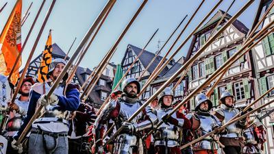 Die Brettener Landsknechte präsentieren beim Peter-und-Paul-Fest ihre Lanzen.