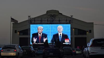 In einem Autokino in San Francisco wird die US-Wahl gezeigt.