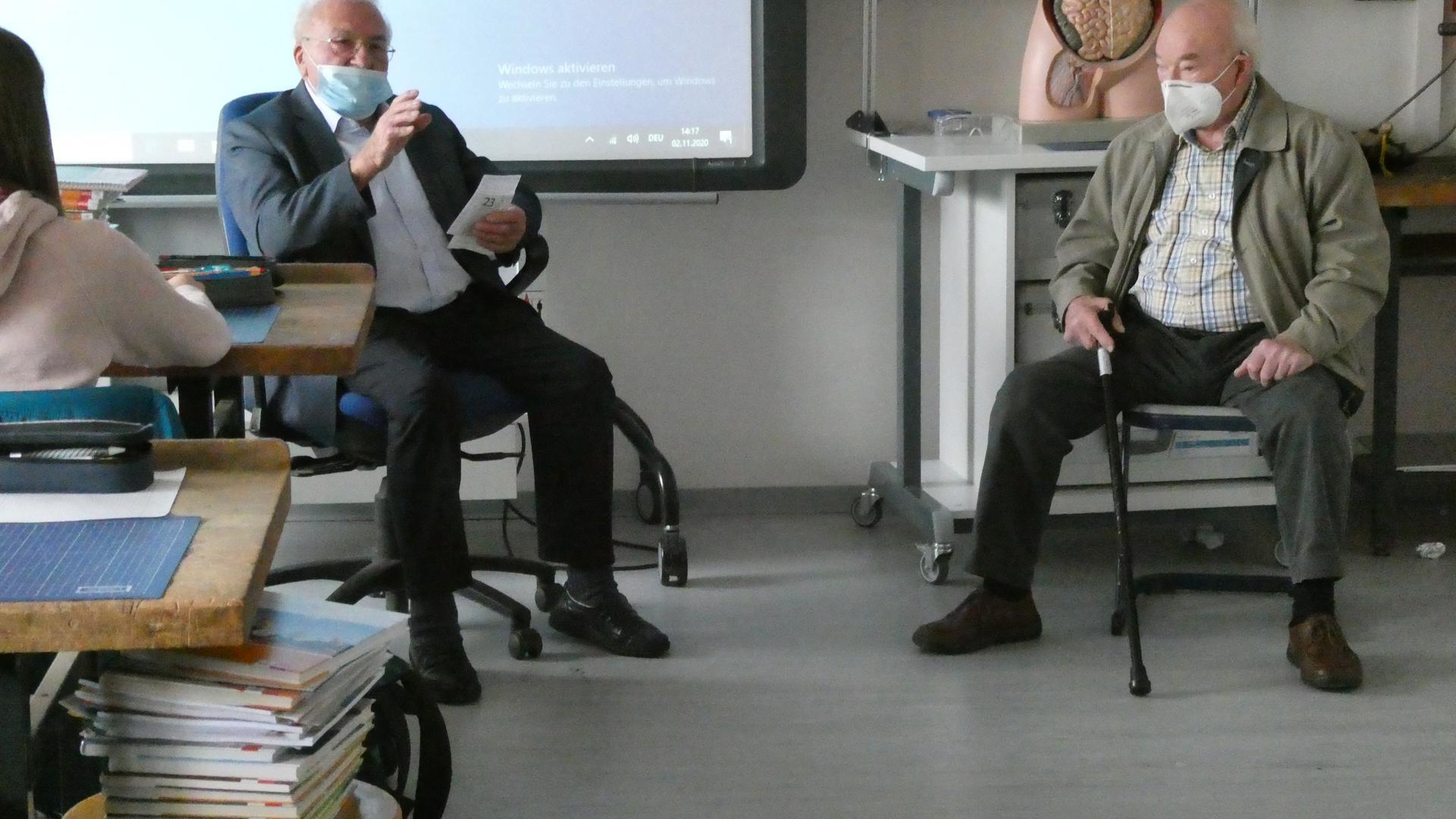 Die Zeitzeugen Heinz Lehmann (links) und Herbert Klingenfuß (rechts) zu Gast bei der 10. Klasse der GMS Schule Sulzfeld.