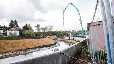 Betonwand und Uferböschung