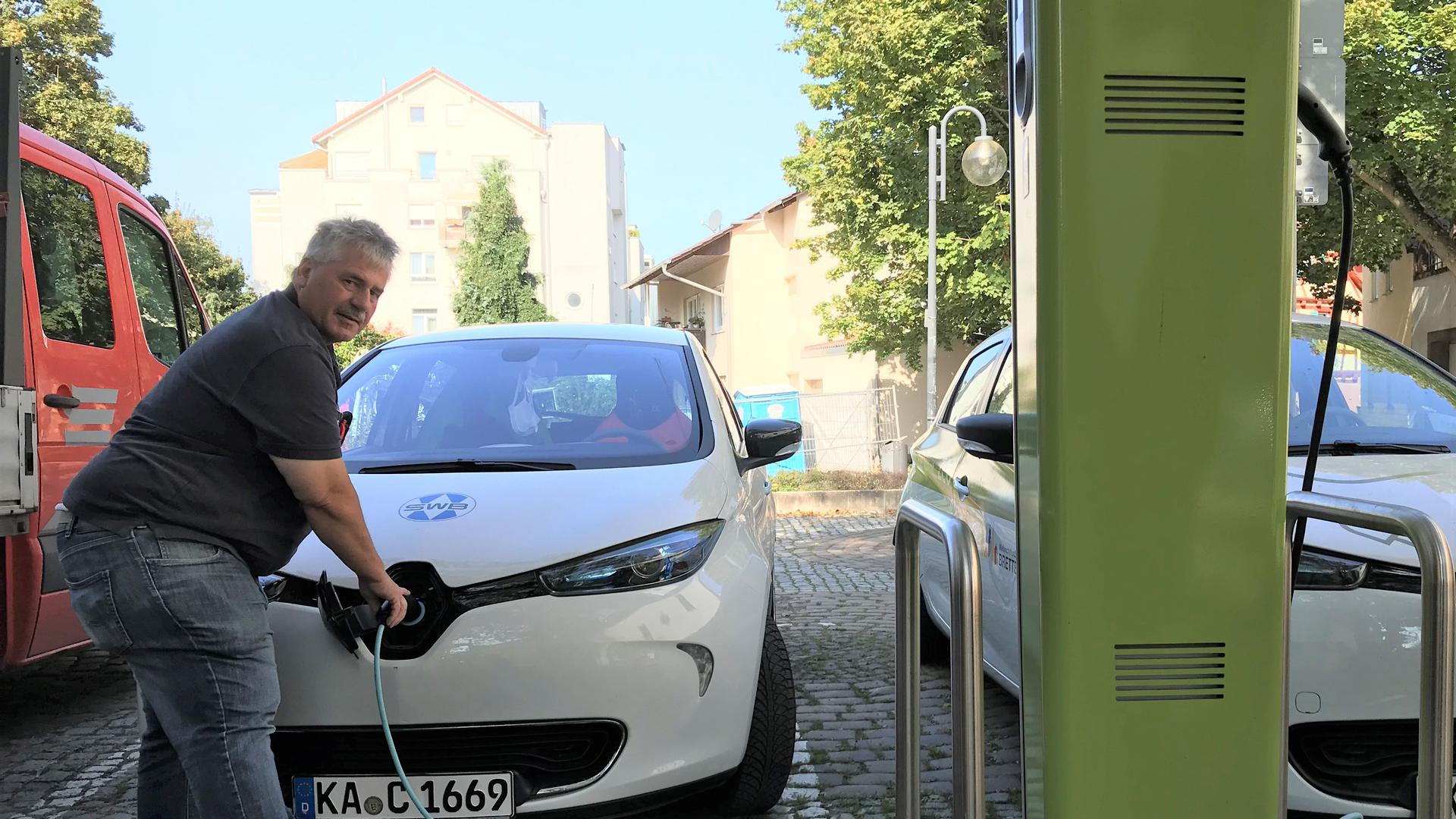 Edgar Schlotterbeck lädt ein E-Auto der Stadtwerke an einem von zwei Anschlüssen vor dem Rathaus in Bretten.