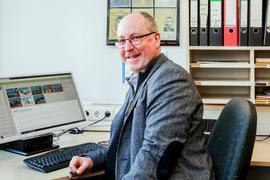 ESG-Schulleiter Daniel Krüger sitzt an seinem Schreibtisch und unterrichtet mit Moodle.