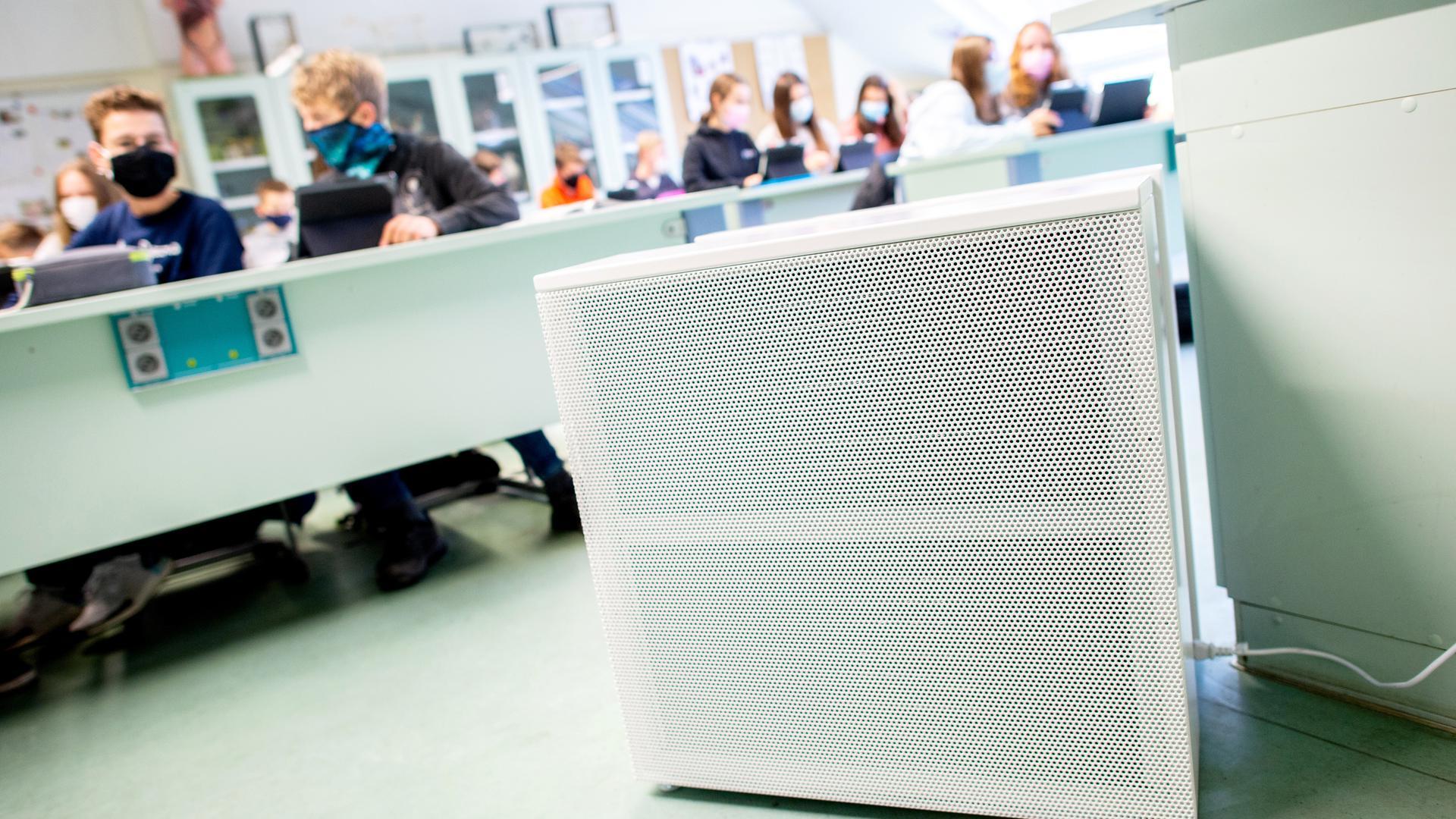 Ein Luftreinigungsgerät steht in einem Klassenzimmer.