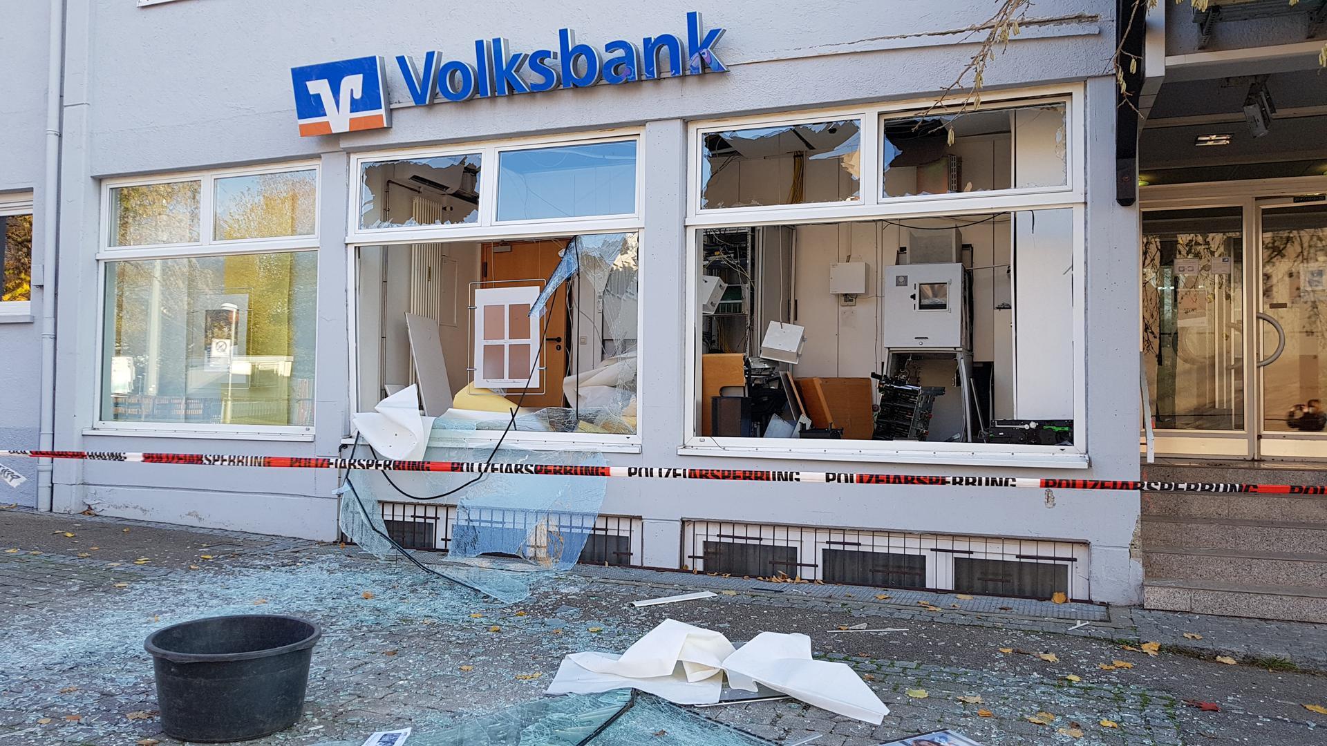 Verwüstung nach einem Einbruch in die VoBa-Filiale in Flehingen.