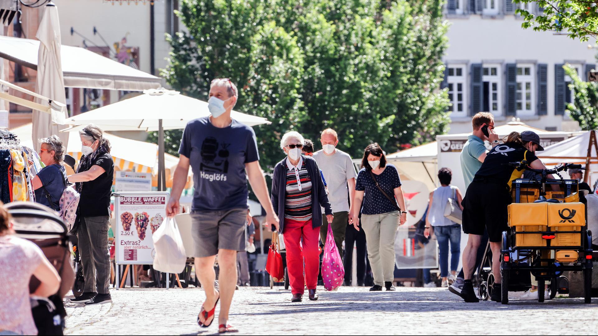 Leute shoppen in der Brettener Fußgängerzone.