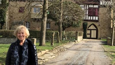 Christel Ewert vor dem Schloss Kürnbach