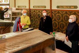 Vier Personen im Fürstenzimmer des Melanchthonhauses.
