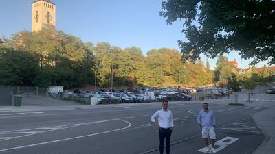 Die Brettener FDP-Stadträte Jan Elskamp (links) und Ingo Jäger vor dem Sporgassen-Areal.
