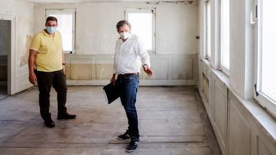Zwei Männer in leerem Raum