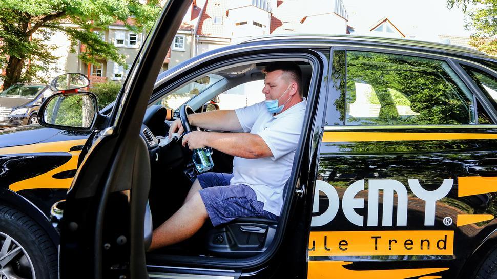 Desinfizieren, Klappe, die Fünfte: Ralf Svoboda von der Academy-Fahrschule Trend muss nach jedem Fahrschüler das Auto gründlich reinigen.