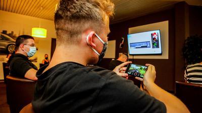 Digitalisierung hält Einzug: Längst lernen Fahrschüler auch am Handy oder an Tablets, auch im Präsenz-Unterricht, wie hier an der Fahrschule von Udo Geiger. Online- statt Präsenzunterricht war allerdings in der Corona-Pandemie vom Landesverkehrsministerium untersagt.