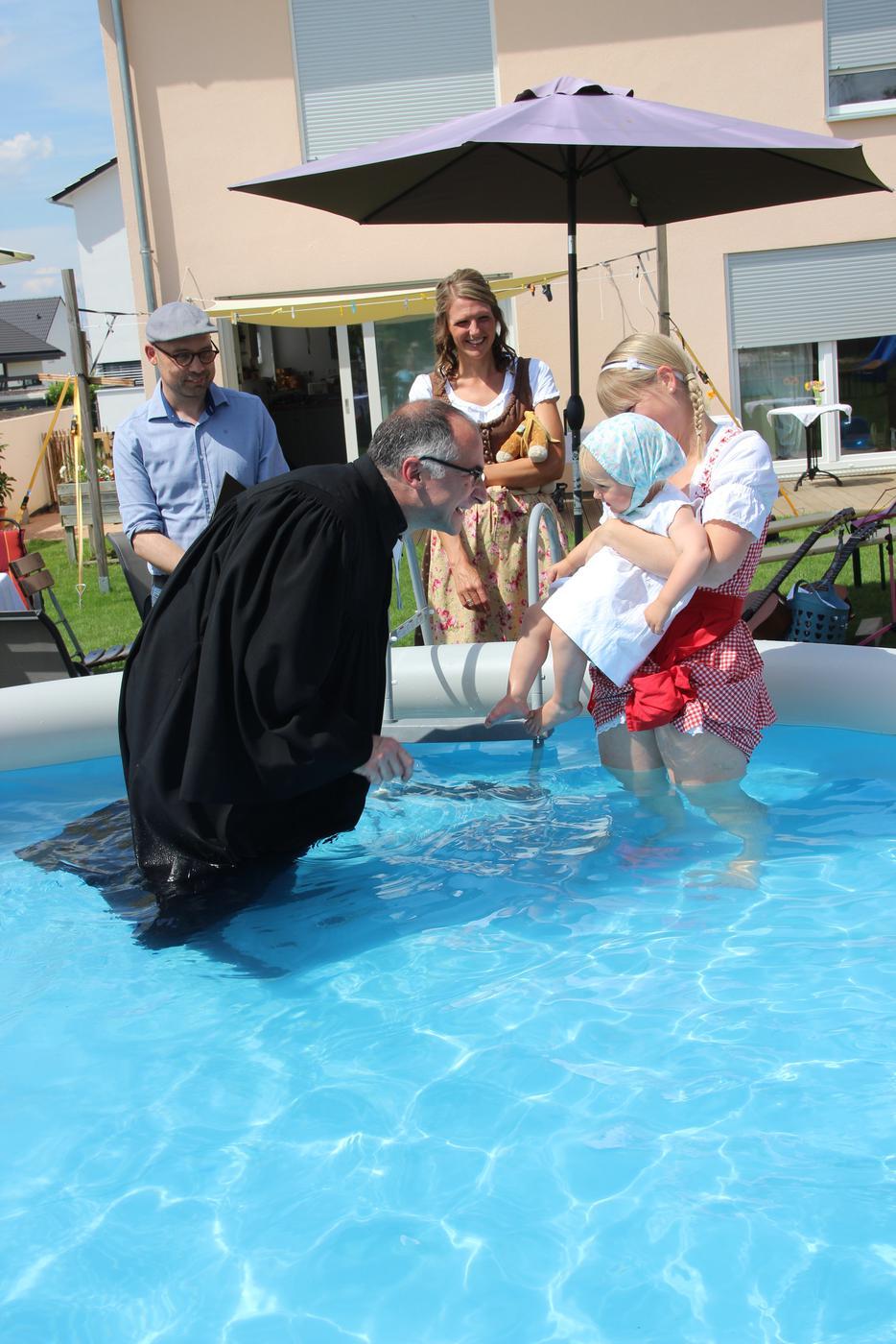 Leute im Swimmingpool