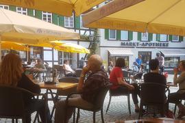 ein Bild von den besetzten Tischen vor dem Alten Rathaus am Sonntagmorgen.