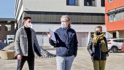 Zwei Männer, eine Frau vor der Rechbergklinik Bretten im Hintergrund