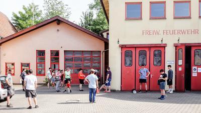 Gondelsheimerinnen und Gondelsheimer warten vor dem Alten Feuerwehrhaus auf ihre Impfung.