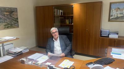 Gondelsheims Bürgermeister Markus Rupp sitzt in seinem Amtszimmer am Schreibtisch.