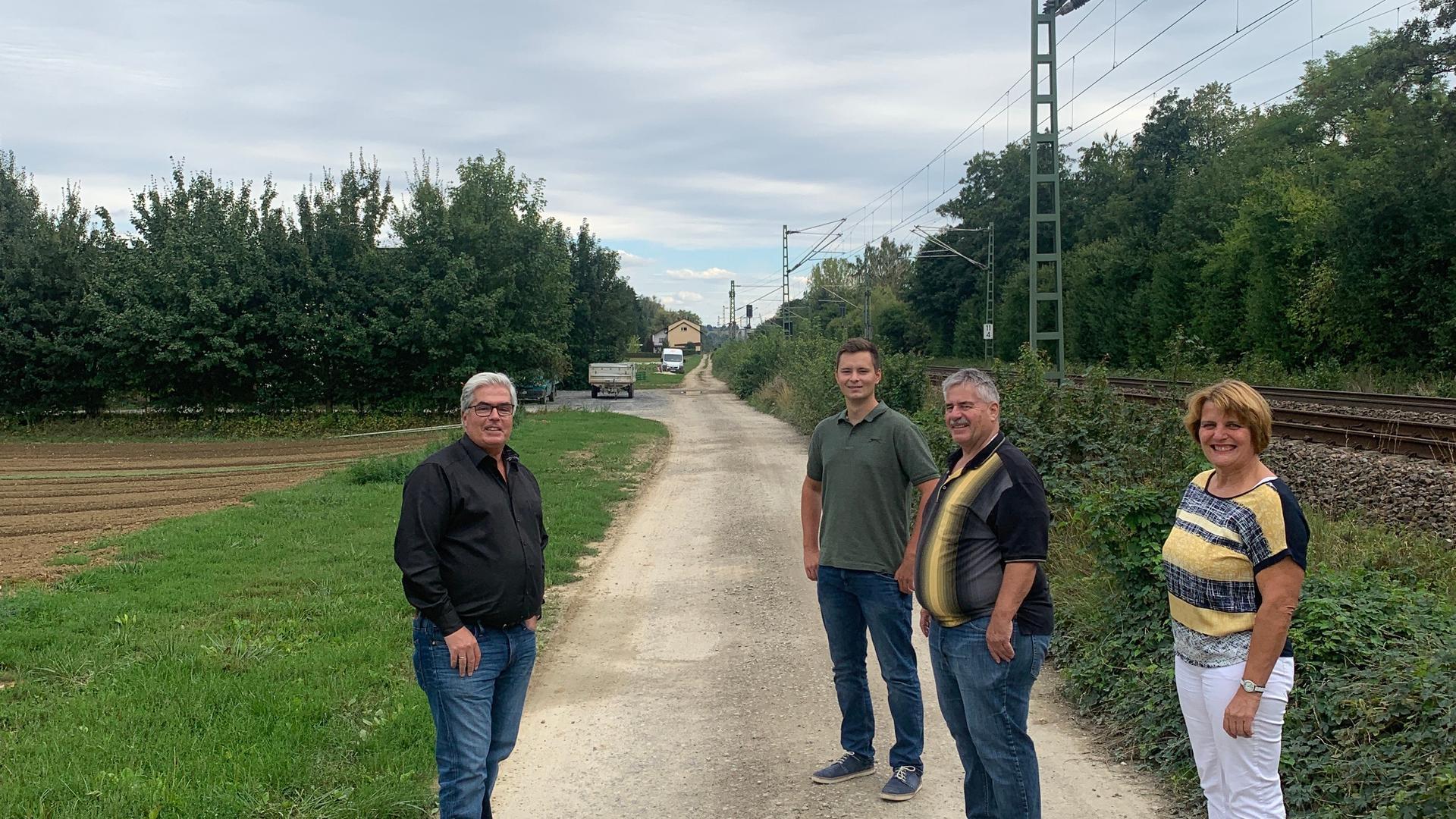 Gondelsheims Bürgermeister Markus Rupp (links) zusammen mit Valentin Mattis (Zweiter von links), Edgar Schlotterbeck und Birgit Halgato von der Brettener SPD beim Vor-Ort-Termin zum neuen Radweg.