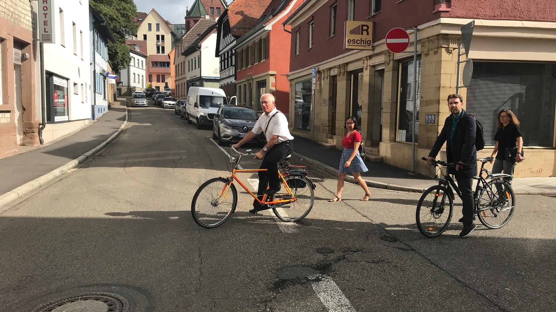Radfahrer und Fußgänger auf Straße