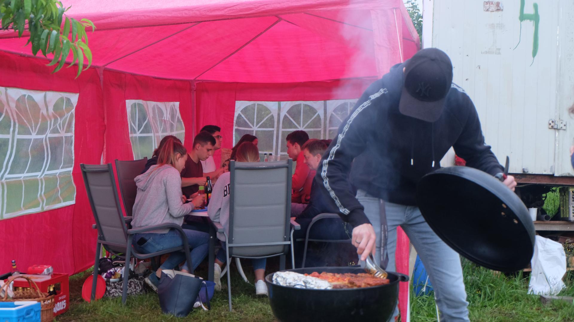 Junge Leute beim Grillen