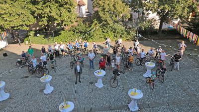 Gruppenbild mit OB Martin Wolff (Mitte vorne) und Teilnehmern am Stadtradeln vor dem Brettener Rathaus.