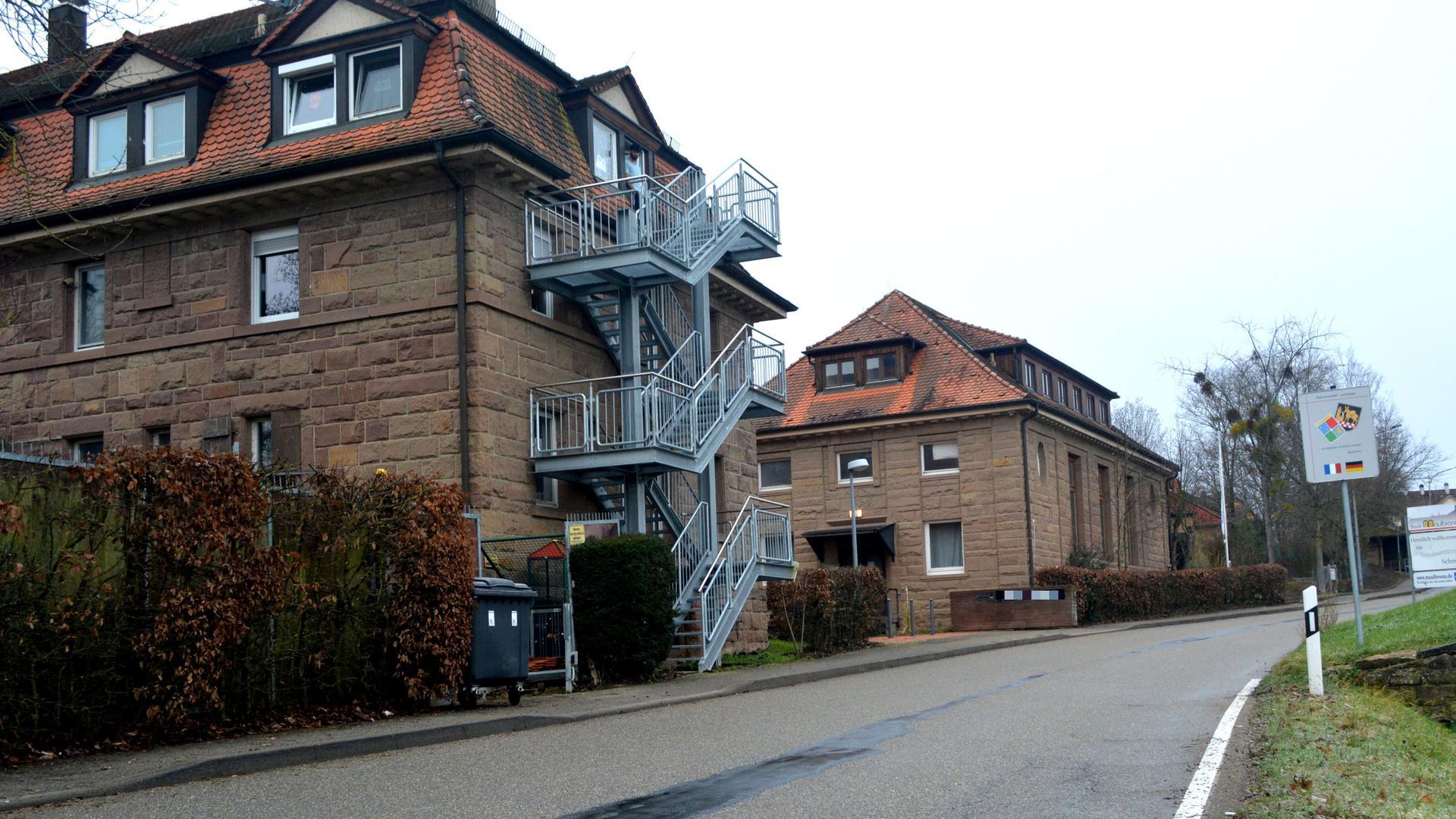 Zwei Gebäude mit Sandsteinfront. Darin waren zwei Wohngruppen für Unbegleitete Minderjährige Ausländer untergebracht.
