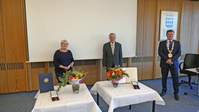 Heidemarie Leins (links) und Peter Dick erhalten von Brettens OB Martin Wolff (rechts) den Verdienstorden der Bundesrepublik.