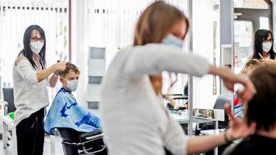 Heidi Hascher (links) ist Inhaberin des Brettener Haarstudios Guba.