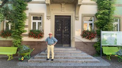 Aufbruch-Politiker Hermann Fülberth vor dem Alten Rathaus in Bretten.