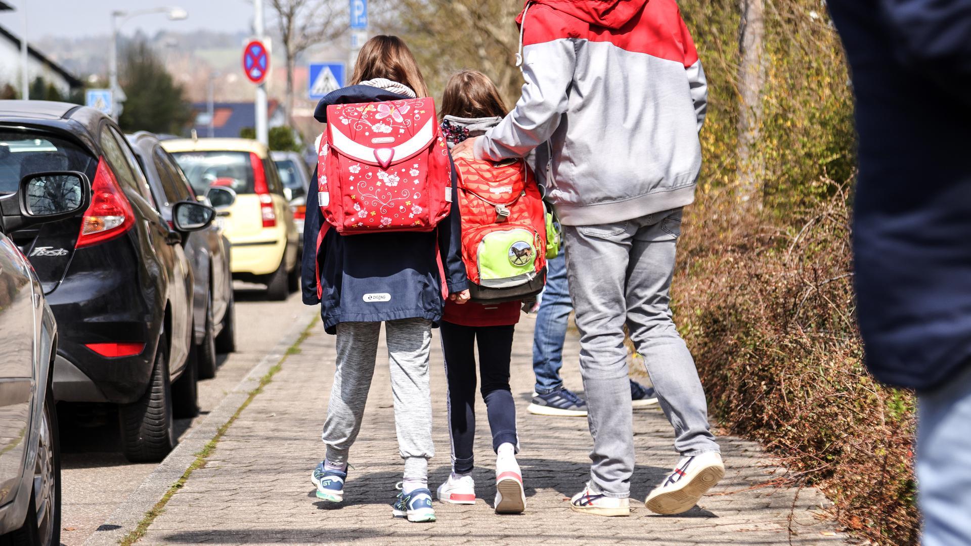 Mann mit zwei Schulkindern