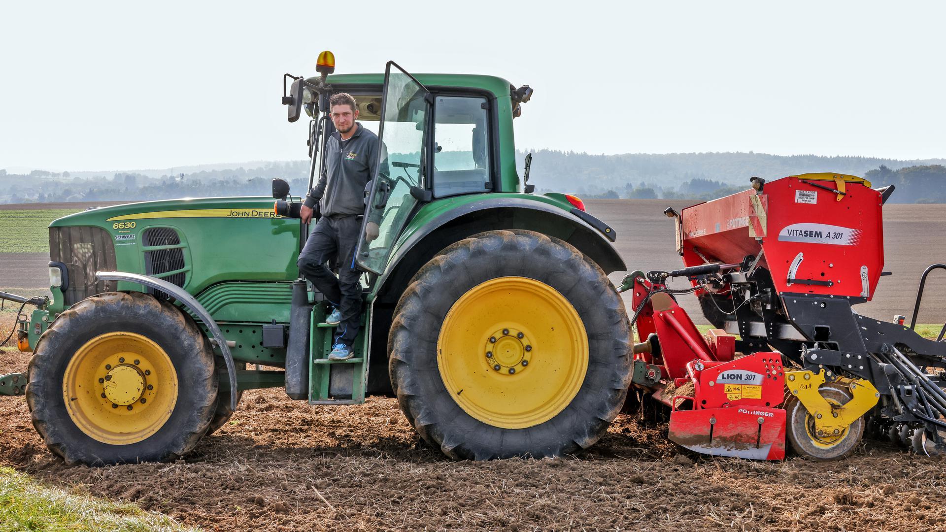 Mann steigt aus Traktor